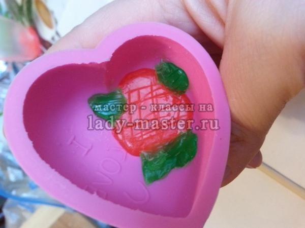 Мыло из основы в виде сердечка с розами, фото