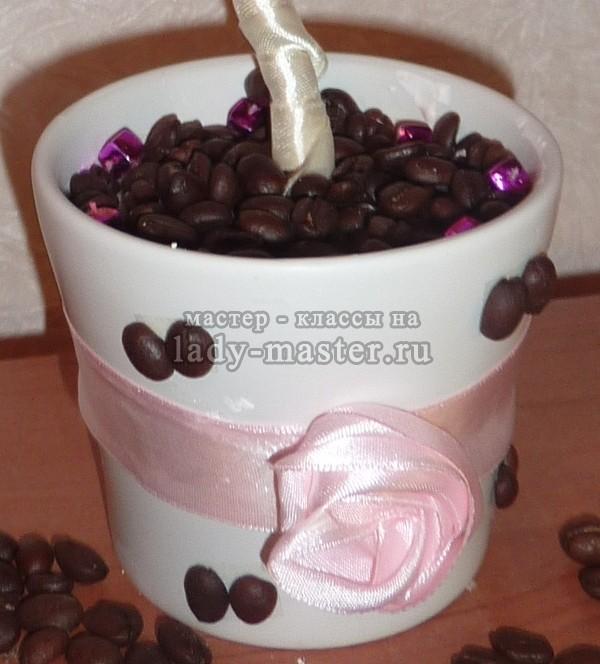 насыпаем в горшок кофейные зерна для декора