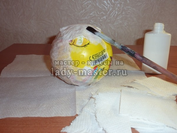 обклеиваем шарик бумажными салфетками