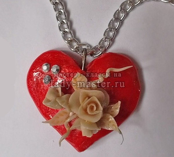 Подвеска из полимерной глины виде сердца с розой, фото