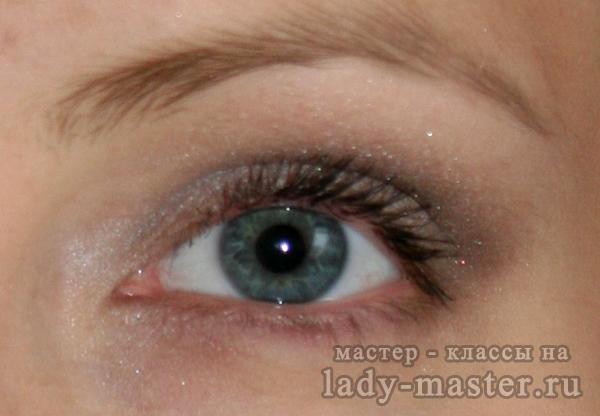 Повседневный макияж в серо-коричневой гамме для серых глаз, фото