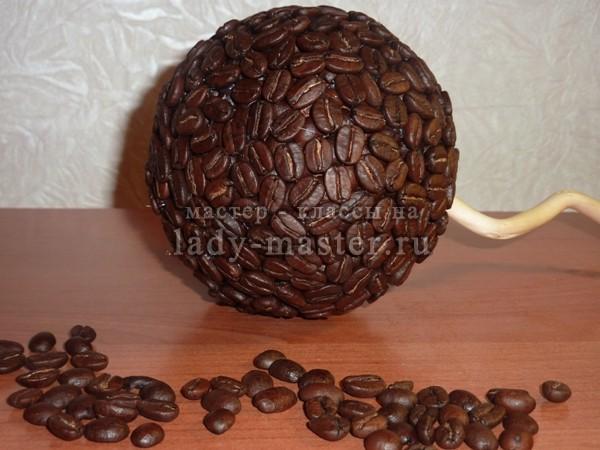 обклеваем вторым слоем кофейных зерен