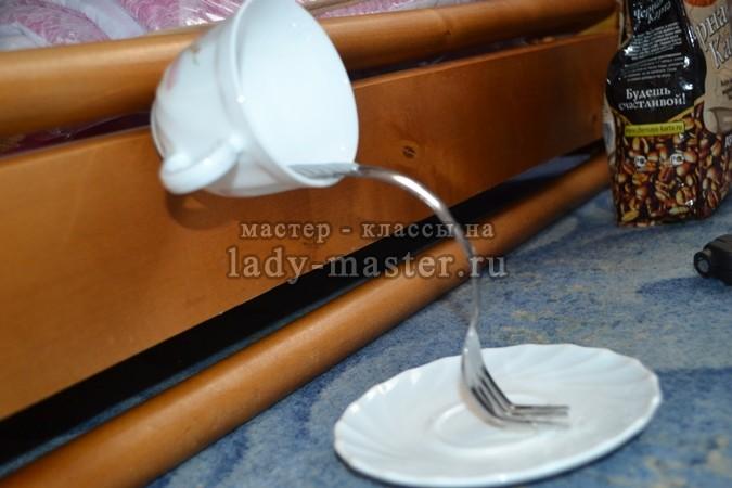 приклеиваем вилку к чашке и блюдцу, фото