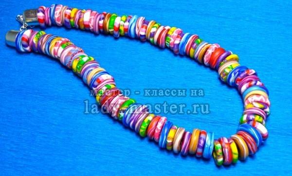 Бусы из ярких разноцветных бусин из полимерной глины, фото