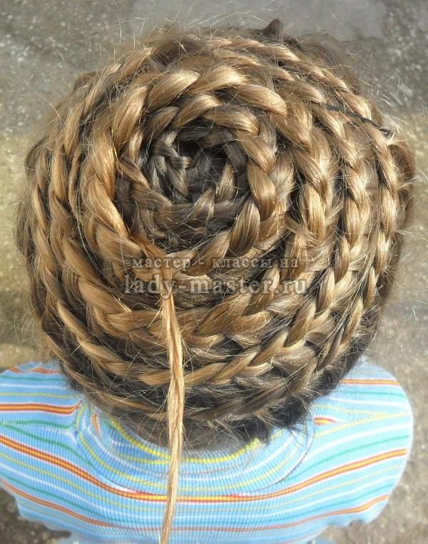 прически на средние и длинные волосы улитка, фото