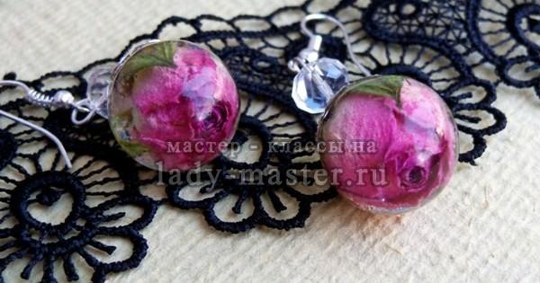 Серьги из эпоксидной смолы с розами, фото