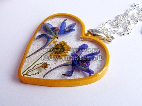 оригинальное украшение из эпоксидной смолы готово, фото