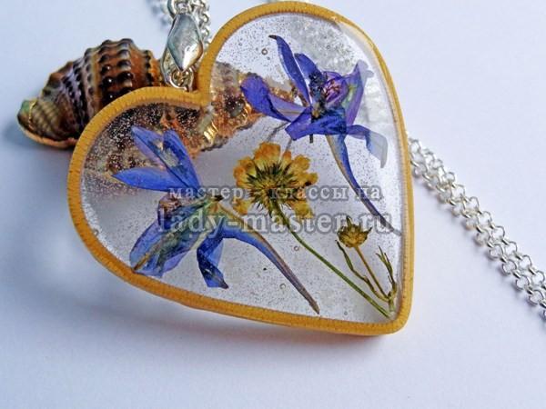 кулон с сухоцветами из эпоксидной смолы, фото