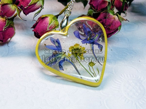 подвеска из эпоксидной смолы с сухоцветами, фото