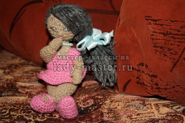 Вязаная кукла крючком с одеждой и описанием, фото