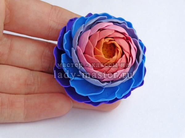 Кольцо в виде объемного цветка из полимерной глины, фото