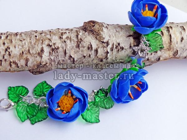 Браслет и серьги с синими цветами из полимерной глины, фото