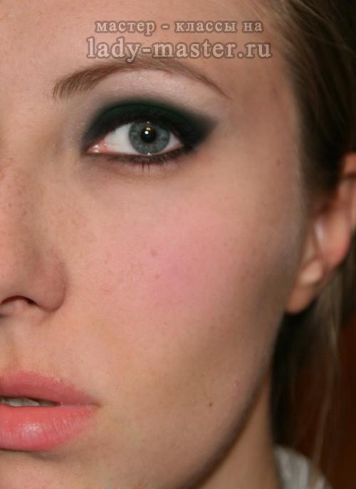 Макияж в стиле «Bond girl» для серо-зеленых глаз, фото