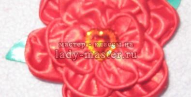 Мастер — класс по изготовлению брошки из атласной ткани и лент