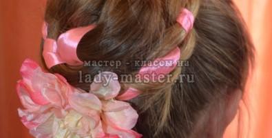 Необычная коса с лентой и цветком