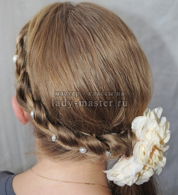 Необычная коса с плетением «венок», фото