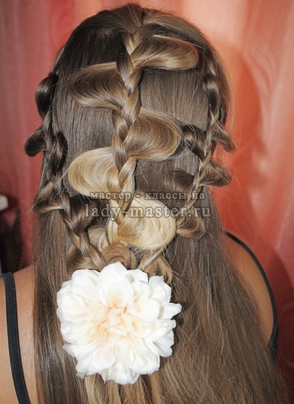 модная прическа из ажурных кос, фото