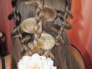 Прическа из трех ажурных кос