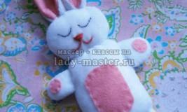 Зайчонок – игрушка для сна своими руками