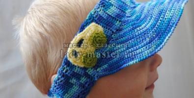 Вязаная повязка с козырьком для мальчика