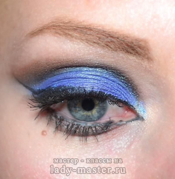 Синий новогодний макияж для серых глаз, фото