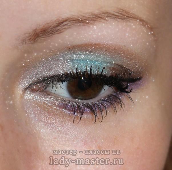 Новогодний макияж с зелеными и белыми тенями, фото