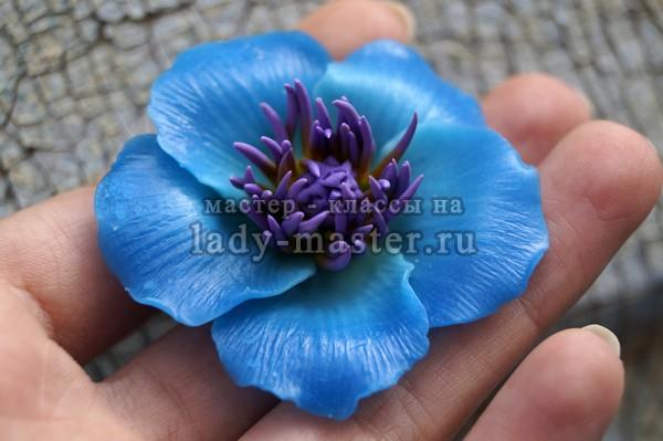 Брошь из полимерной глины с голубым цветком, фото