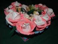Нежный букет из конфет в бело-розовой гамме в форме сердца