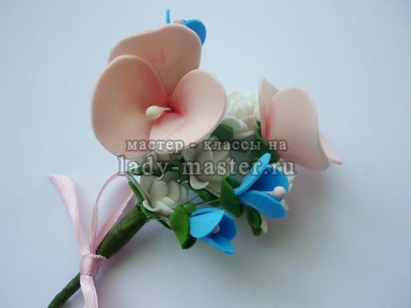 Бутоньерка из фоамирана с нежными цветами