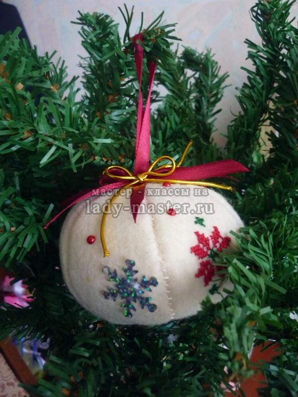 Ёлочный шар из фетра, фото