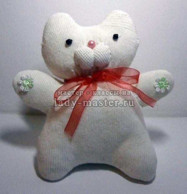 Белая кошечка Снежинка из носка