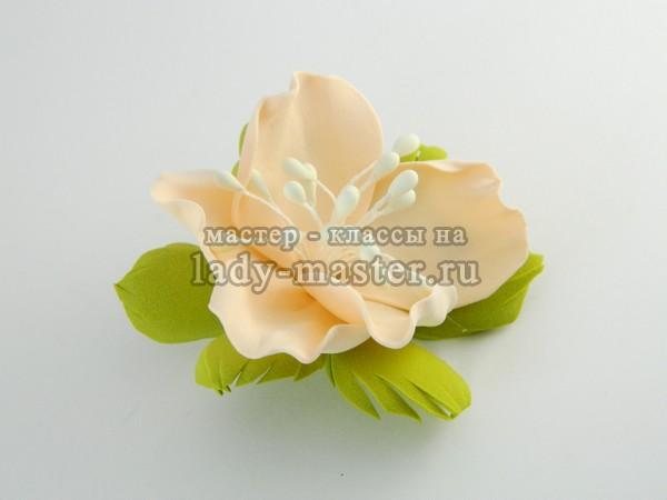 Закрепляем цветок к заколке