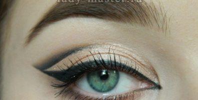Графичный макияж со стрелкой для зеленых глаз