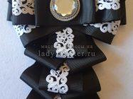 Стильный черно-белый галстук из лент к 1 звонку