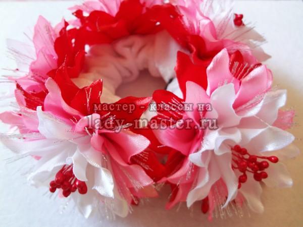 резинка с цветами канзаши из лент, фото