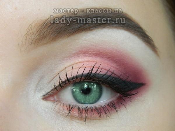 Розовый макияж для блондинок, фото