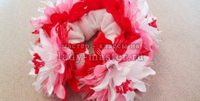 Резинка с цветами из лент для высокой прически