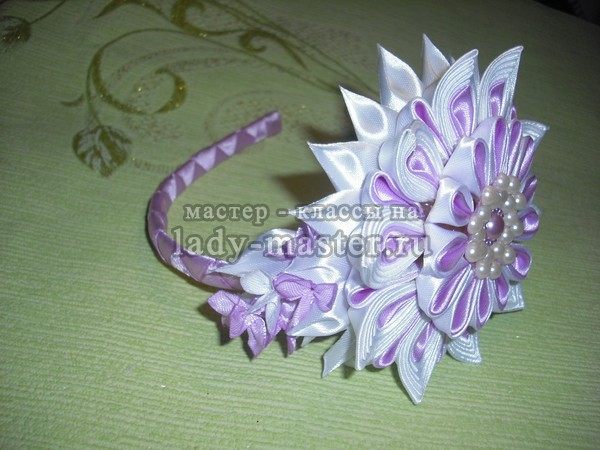 Ободок с многослойным цветком из атласных лент, фото