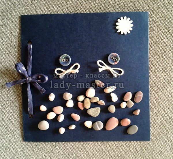 открытка из картона и камешков, фото