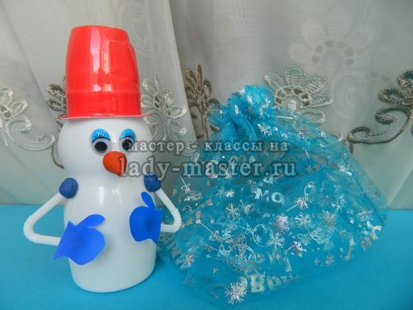 Как сделать голову снеговика из пластиковых стаканчиков фото 87