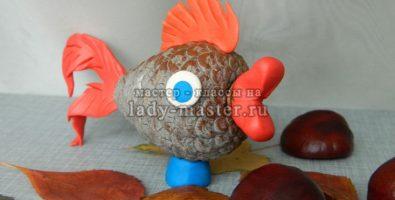 Золотая рыбка из шишки и пластилина