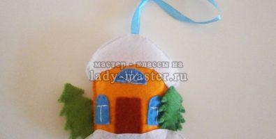 Новогодняя игрушка «Домик с елочками»