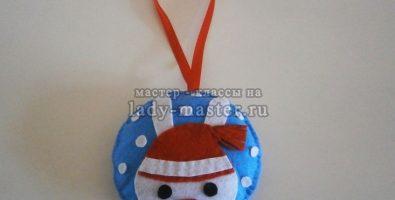 Новогодний шарик с зайчиком из фетра