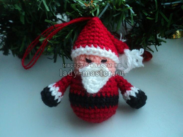 Дед Мороз на ёлку, связанный крючком