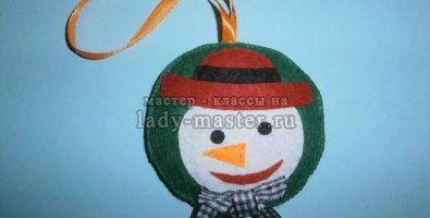 Новогодний шарик со снеговичком
