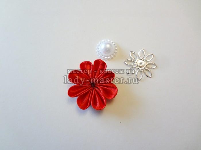 Маленький цветок из атласной ленты 131