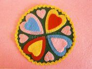 Подставка для чашки с разноцветными сердечками