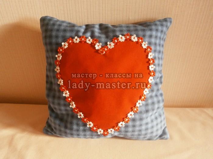 Декоративная подушка с сердечком