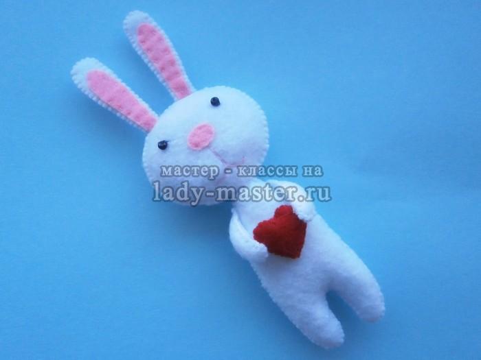 Зайчишка с сердечком из фетра