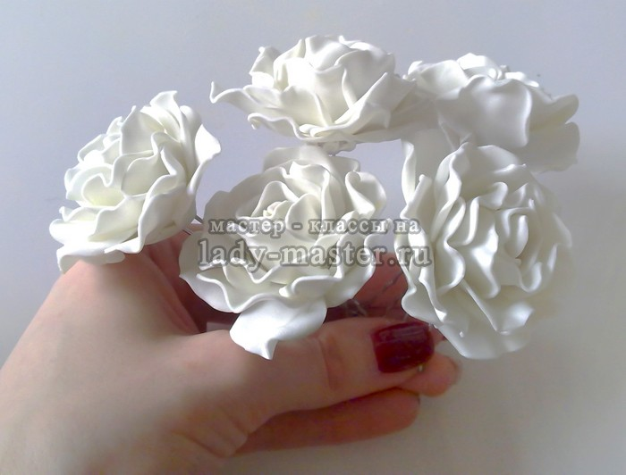 Белые свадебные розы из фоамирана в прическу невесты